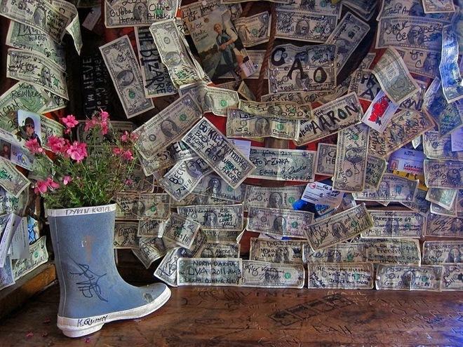 """Chiêm  ngưỡng quán bar được """"làm đẹp"""" bằng đô la và đồ lót - Ảnh 5"""