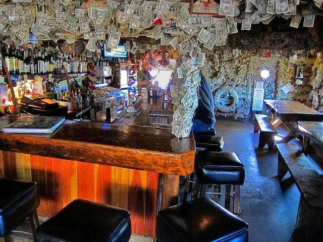 """Chiêm  ngưỡng quán bar được """"làm đẹp"""" bằng đô la và đồ lót - Ảnh 2"""