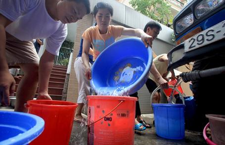 Giá nước sạch tại Hà Nội tăng từ 1/10: Giá nước tăng theo... số lần ống nước vỡ - Ảnh 1