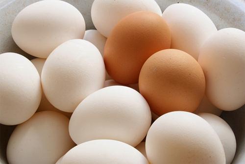 Mẹo chọn trứng gà tươi ngon, tránh trứng bị tẩy trắng - Ảnh 1