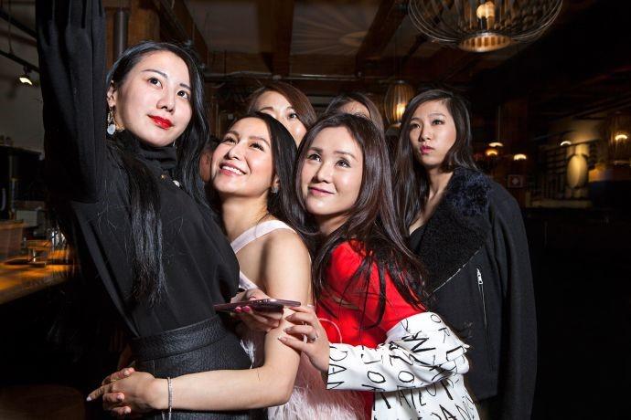Con nhà đại gia Trung Quốc tại Vancouver: Thay siêu xe nhanh hơn thay áo - Ảnh 2