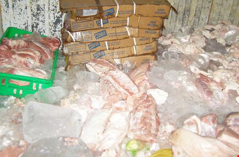 Chế biến cả tấn thịt gà, thịt heo, cá hôi thối cung cấp cho quán ăn - Ảnh 1