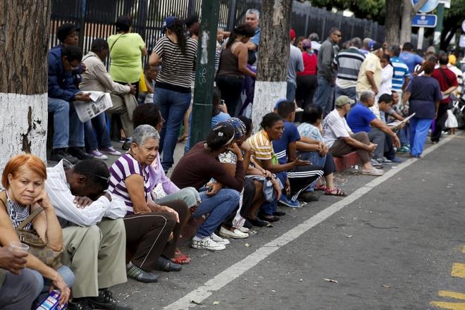 Venezuela: 1 hộp bao cao su giá 16 triệu, 1 chiếc bánh mì giá hơn 3 triệu - Ảnh 2