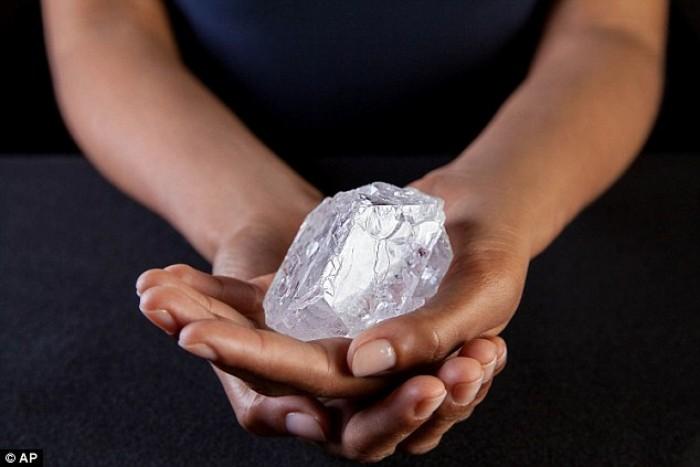 Viên kim cương 3 tỷ năm tuổi to bằng quả bóng tennis bị trả giá thấp - Ảnh 3