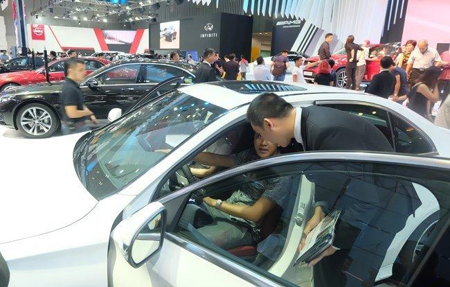 """Thị trường ô tô: Người tiêu dùng và các đại lý xe """"chạy nước rút""""  - Ảnh 1"""
