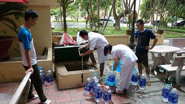 Vỡ đường ống nước: Bác sĩ xách nước, bệnh nhân xin về - Ảnh 1