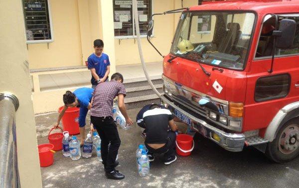 Vỡ đường ống nước: Bác sĩ xách nước, bệnh nhân xin về - Ảnh 2