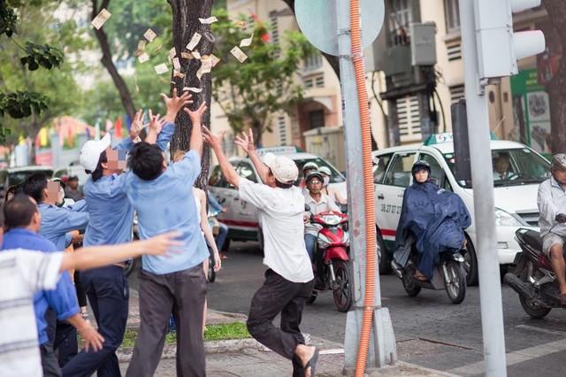 """9x Sài Gòn vung tiền giữa phố gây """"náo loạn"""" - Ảnh 2"""
