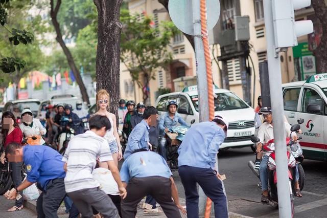 """9x Sài Gòn vung tiền giữa phố gây """"náo loạn"""" - Ảnh 3"""