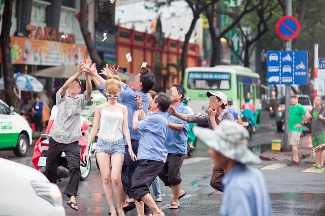 """9x Sài Gòn vung tiền giữa phố gây """"náo loạn"""" - Ảnh 5"""