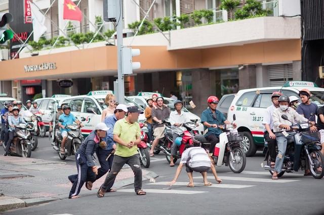 """9x Sài Gòn vung tiền giữa phố gây """"náo loạn"""" - Ảnh 6"""