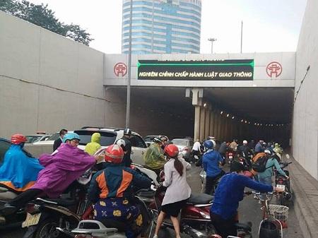 Hà Nội: Hàng chục ô tô, xe máy va chạm liên hoàn ở đường hầm Kim Liên - Ảnh 1