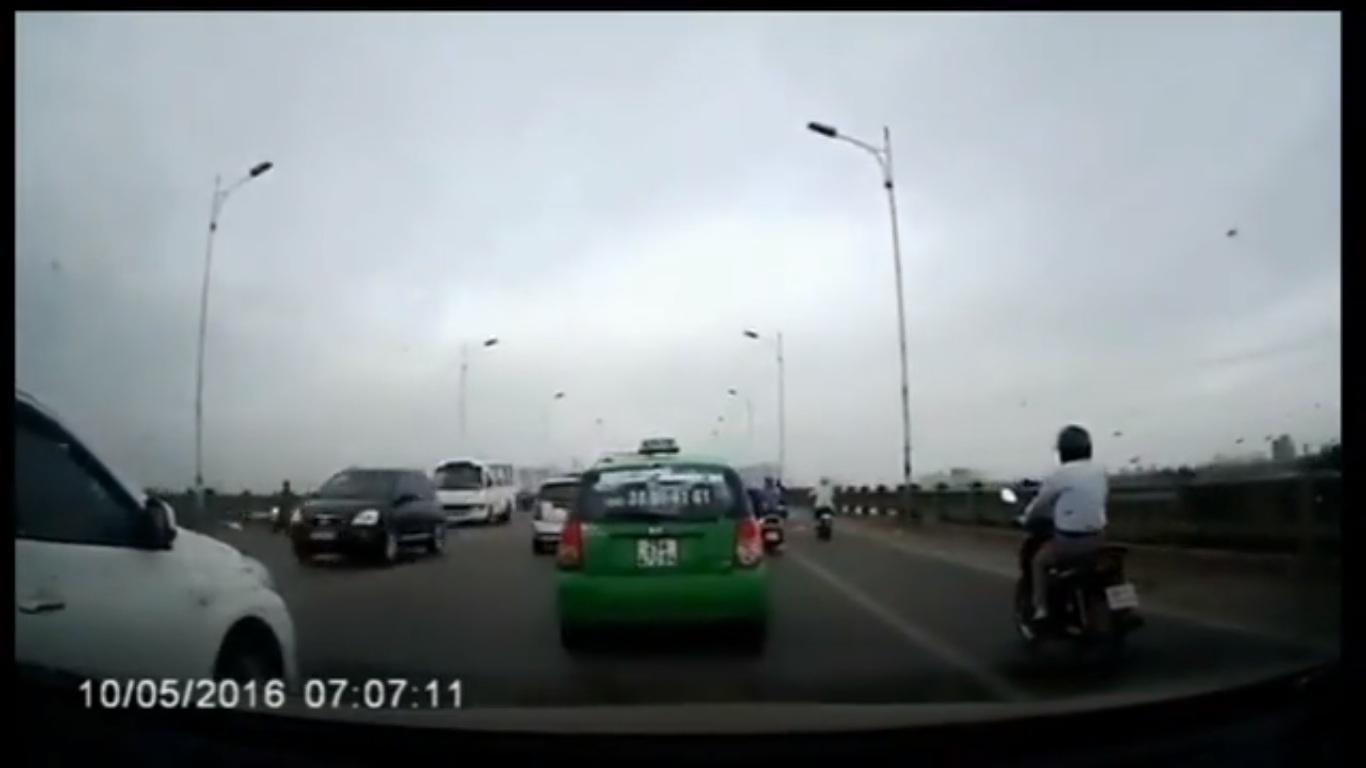 Taxi Mai Linh lạng lách, vượt ẩu trên cầu Vĩnh Tuy - Ảnh 1