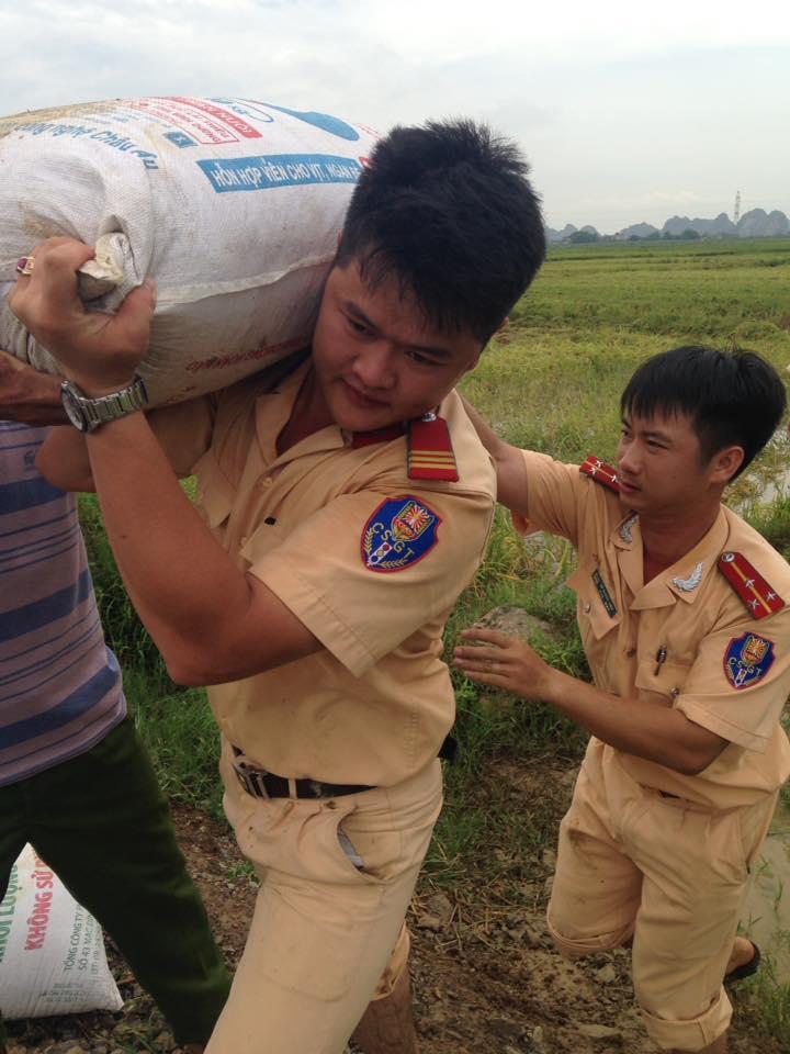 CSGT, bộ đội ngâm mình dưới nước vớt lúa giúp dân gây bão mạng - Ảnh 3