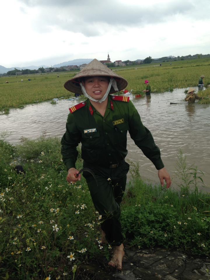 CSGT, bộ đội ngâm mình dưới nước vớt lúa giúp dân gây bão mạng - Ảnh 6