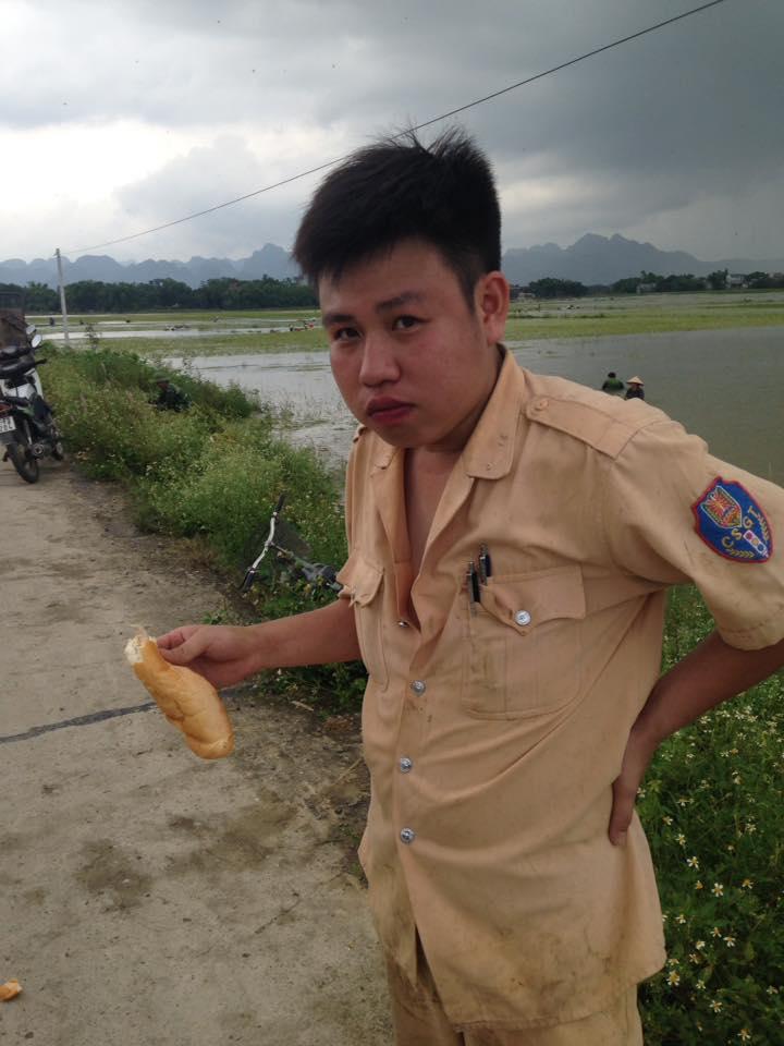 CSGT, bộ đội ngâm mình dưới nước vớt lúa giúp dân gây bão mạng - Ảnh 7