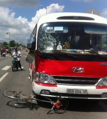 Truy tìm tài xế lái xe gây tai nạn kéo lê hai mẹ con hơn 30m - Ảnh 1