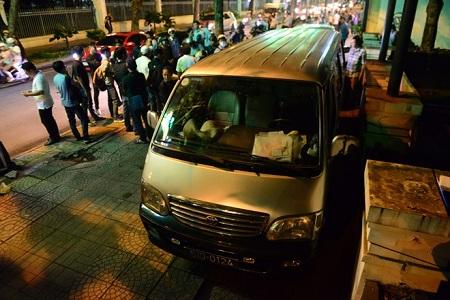 2 xe biển xanh đậu trước quán nhậu TP HCM bị cẩu về đồn trong đêm - Ảnh 2