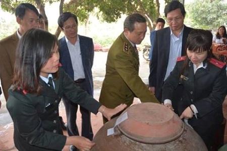 Hà Nội: Phát hiện 200 lít rượu không nhãn mác - Ảnh 1