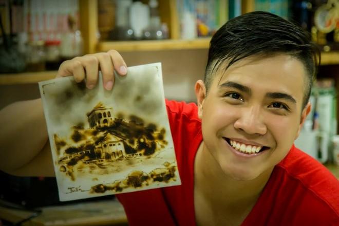 9X Sài Thành chấp nhận bỏng tay để vẽ tranh từ lửa - Ảnh 1