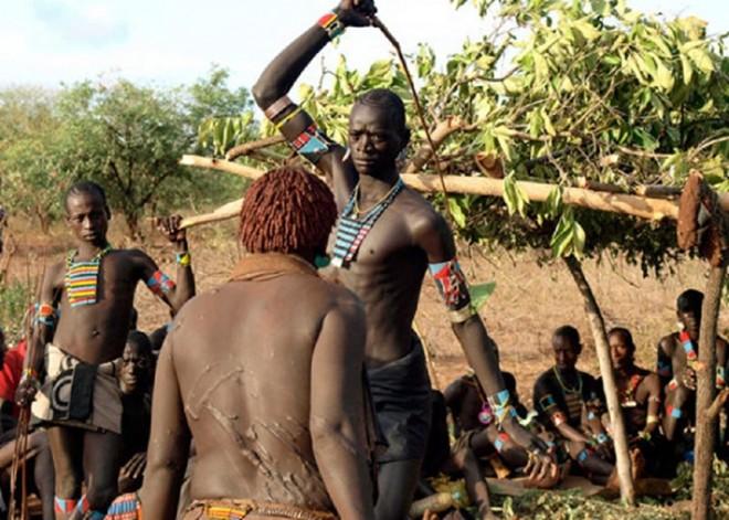 Những nghi lễ đáng sợ trên thế giới để chứng tỏ bản lĩnh đàn ông - Ảnh 5