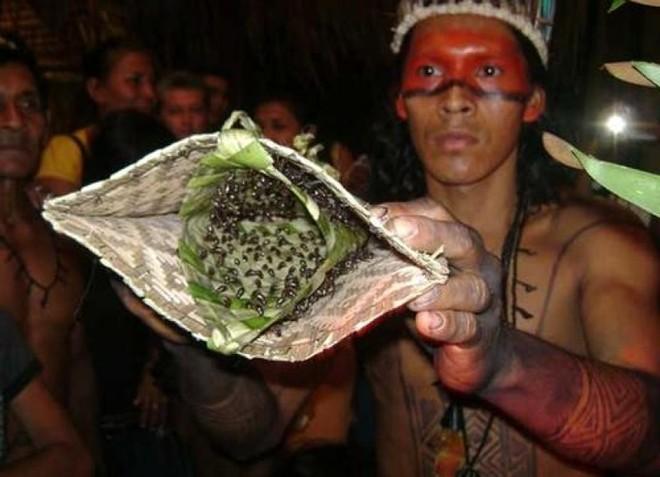 Những nghi lễ đáng sợ trên thế giới để chứng tỏ bản lĩnh đàn ông - Ảnh 6