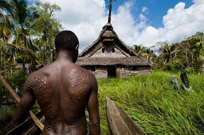 Những nghi lễ đáng sợ trên thế giới để chứng tỏ bản lĩnh đàn ông - Ảnh 7