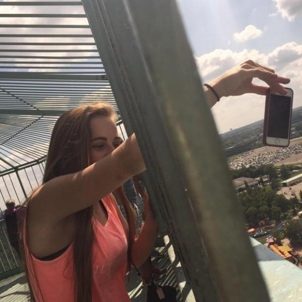 Rộ trào lưu chụp ảnh điện thoại... sắp rơi của giới trẻ trên khắp thế giới - Ảnh 5