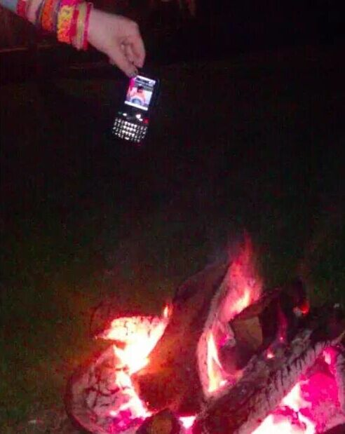 Rộ trào lưu chụp ảnh điện thoại... sắp rơi của giới trẻ trên khắp thế giới - Ảnh 8