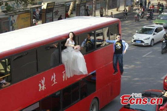 Ngỡ ngàng với đám cưới lơ lửng giữa không trung - Ảnh 2