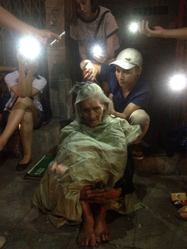 Xúc động 9X cắt tóc miễn phí cho người vô gia cư trong đêm - Ảnh 1