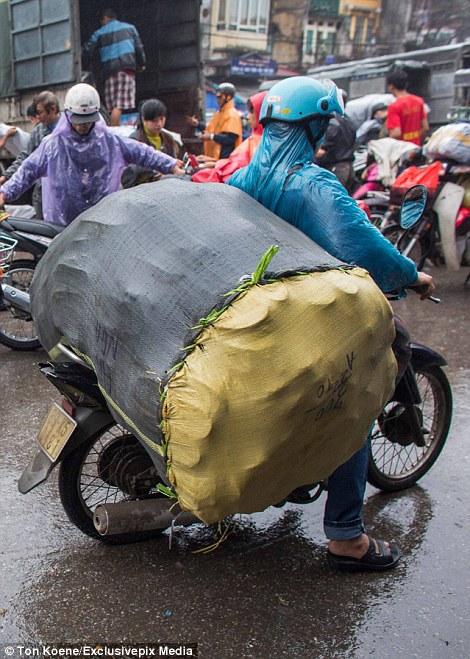 """Clip """"mẹ Việt chở con"""" khiến độc giả báo Anh dậy sóng - Ảnh 5"""