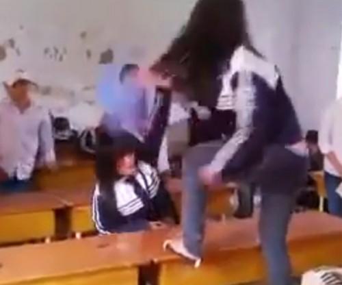 Bức xúc clip nữ sinh dùng ghế đánh bạn ngay tại lớp - Ảnh 1