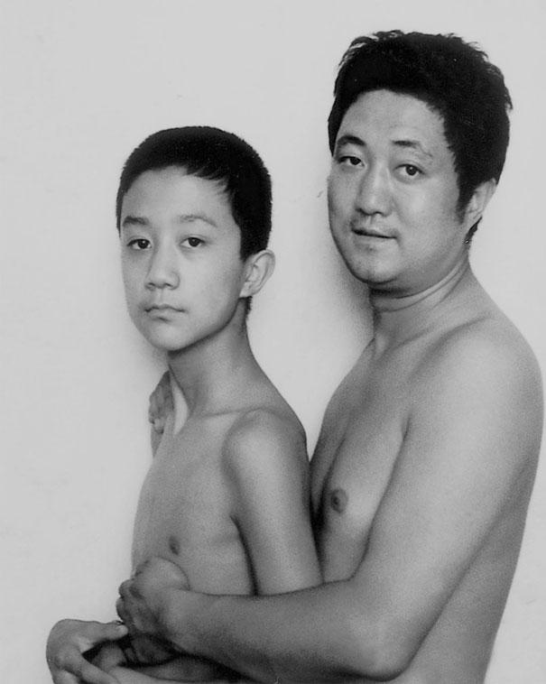 Bộ ảnh cha và con chụp cùng tư thế suốt 28 năm cho đến bức ảnh cuối cùng thì... - Ảnh 7