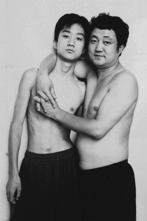 Bộ ảnh cha và con chụp cùng tư thế suốt 28 năm cho đến bức ảnh cuối cùng thì... - Ảnh 10