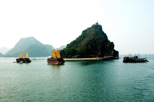 Vịnh Hạ Long lọt top 15 kiến tạo tự nhiên kỳ diệu nhất - Ảnh 1