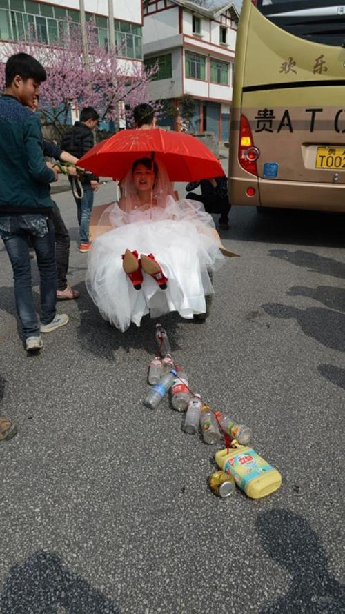 Màn rước dâu độc nhất: Chú rể bán nude kéo xe bò đón dâu - Ảnh 4