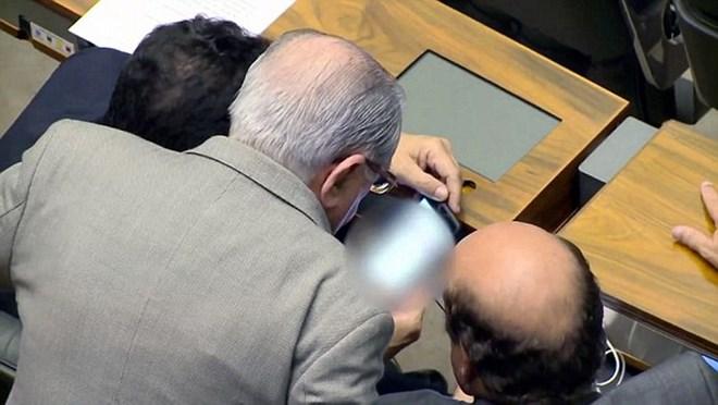 """Thành viên Quốc hội Brazil bị bắt gặp xem phim """"nóng"""" trong giờ họp - Ảnh 1"""