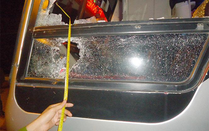 Vụ ném đá, đập phá xe khách: 3 đối tượng ra đầu thú - Ảnh 1
