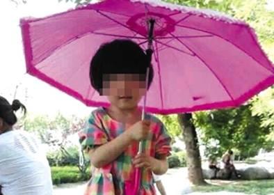 Bị cô giáo đãng trí bỏ quên trong ô tô, bé 3 tuổi chết ngạt - Ảnh 1