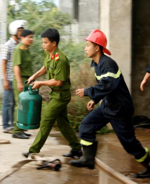 Kinh hoàng vụ cháy cơ sở sang chiết gas ở Huế - Ảnh 3