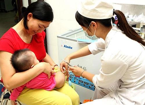 """""""Cháy"""" vắc xin 6 trong 1, nhân viên y tế """"chém"""" 3 triệu đồng mỗi mũi tiêm - Ảnh 1"""