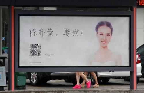 Thiếu nữ xinh đẹp mua biển quảng cáo để cầu hôn - Ảnh 2
