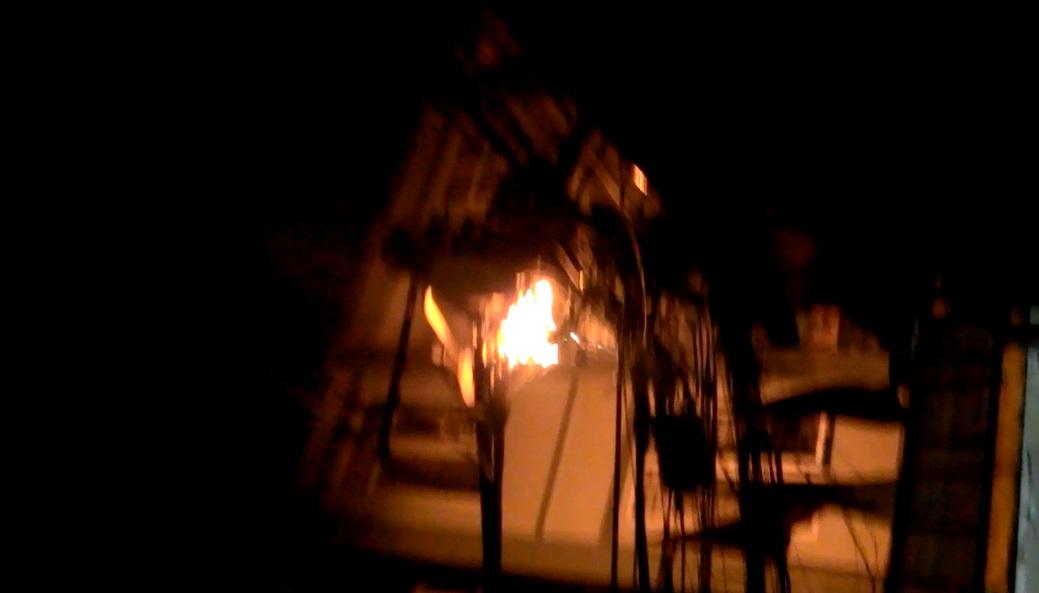 Hà Nội: Cột điện bốc cháy giữa đêm, cả khu phố hoảng loạn - Ảnh 1