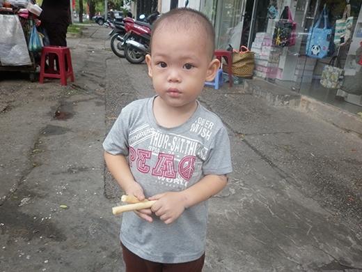 Bé trai 2 tuổi phụ ngoại bán bột chiên ở Sài Gòn giờ ra sao? - Ảnh 2