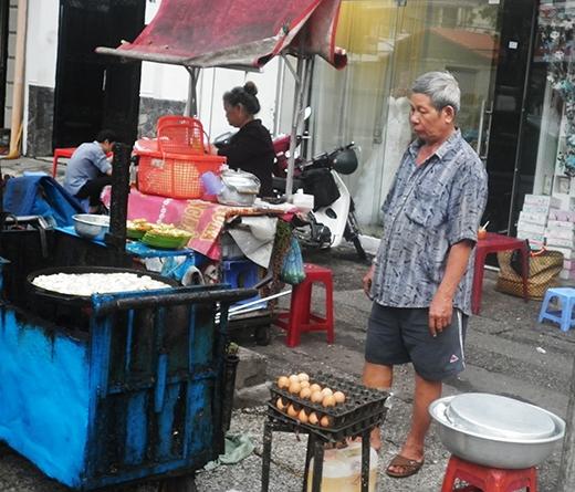Bé trai 2 tuổi phụ ngoại bán bột chiên ở Sài Gòn giờ ra sao? - Ảnh 4