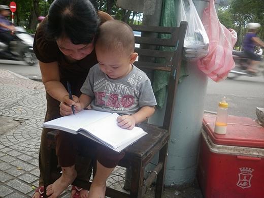 Bé trai 2 tuổi phụ ngoại bán bột chiên ở Sài Gòn giờ ra sao? - Ảnh 6