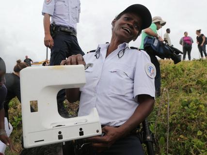 Phát hiện mảnh nhựa nghi của MH370 trên đảo Reunion - Ảnh 3