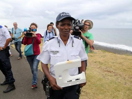 Phát hiện mảnh nhựa nghi của MH370 trên đảo Reunion - Ảnh 1