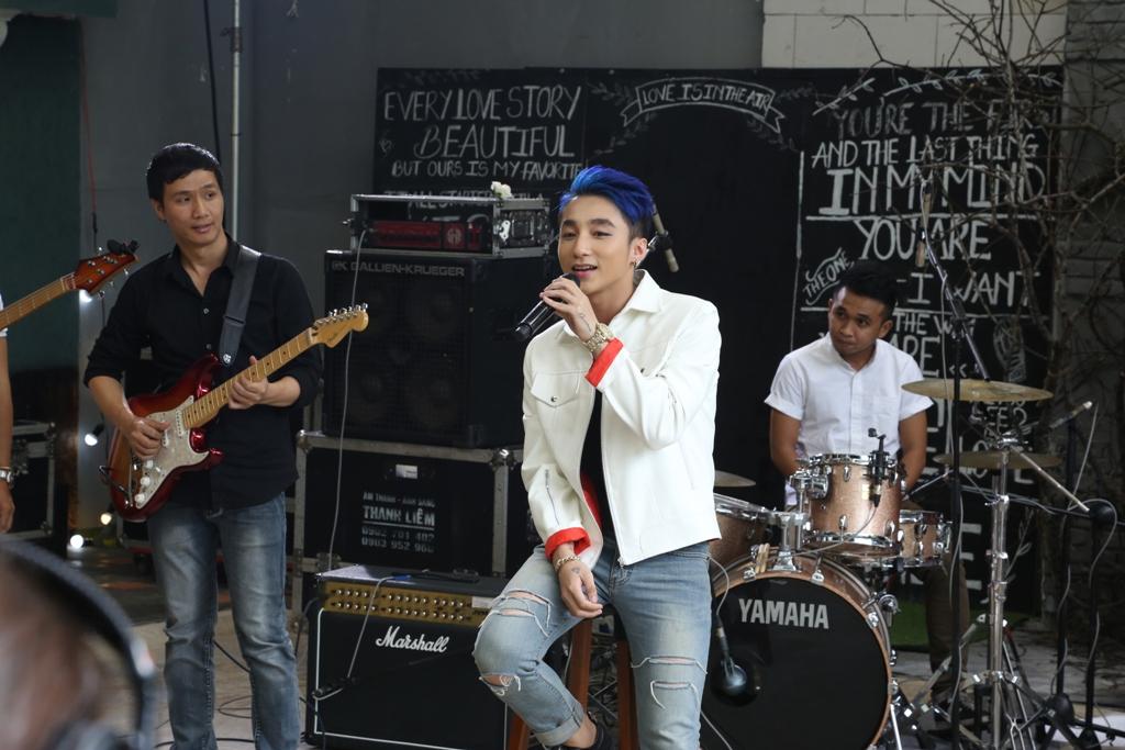"""Fans bị bịt kín mắt khi vào xem Sơn Tùng hát live """"Âm thầm bên em"""" - Ảnh 4"""